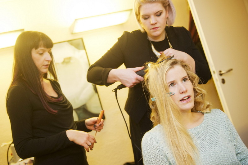 Stylistinnen am Werk: PR Frau Marlene bekommt Extensions appliziert. (© © Great Lengths)
