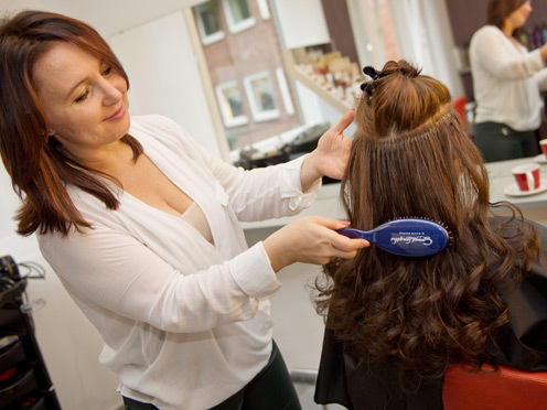 Antje mit ihrer Stylistin (© Great Lengths)