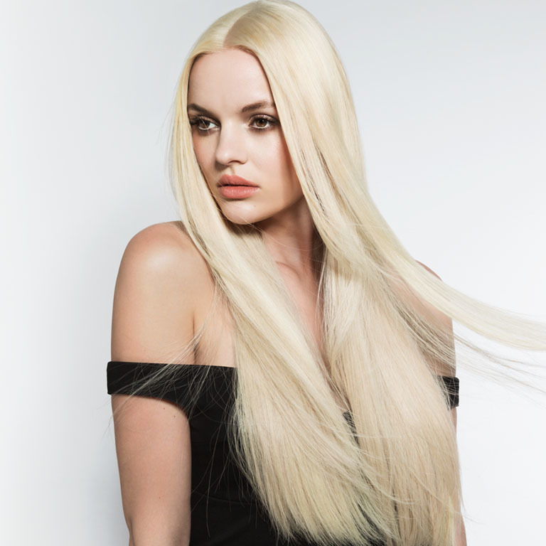 Langes blondes Haar bleibt immer spannend. (© Great Lengths)