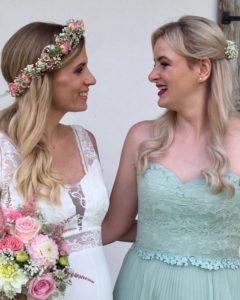 Hochzeitsfrisuren sind immer ein Thema, vor allem, wenn Braut und Beste Freundin vom Fach sind