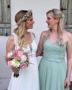 Braut und Beste Freundin freuen sich über ihre tollen Hochzeitsfrisuren