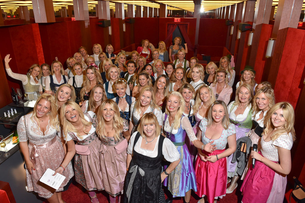 Gruppenfoto im Roomers, Charity Blond Wiesn