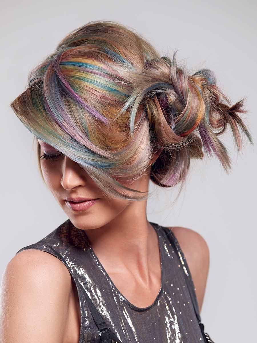 Frau mit aufgestecktem Haar in allen Farbschattierungen